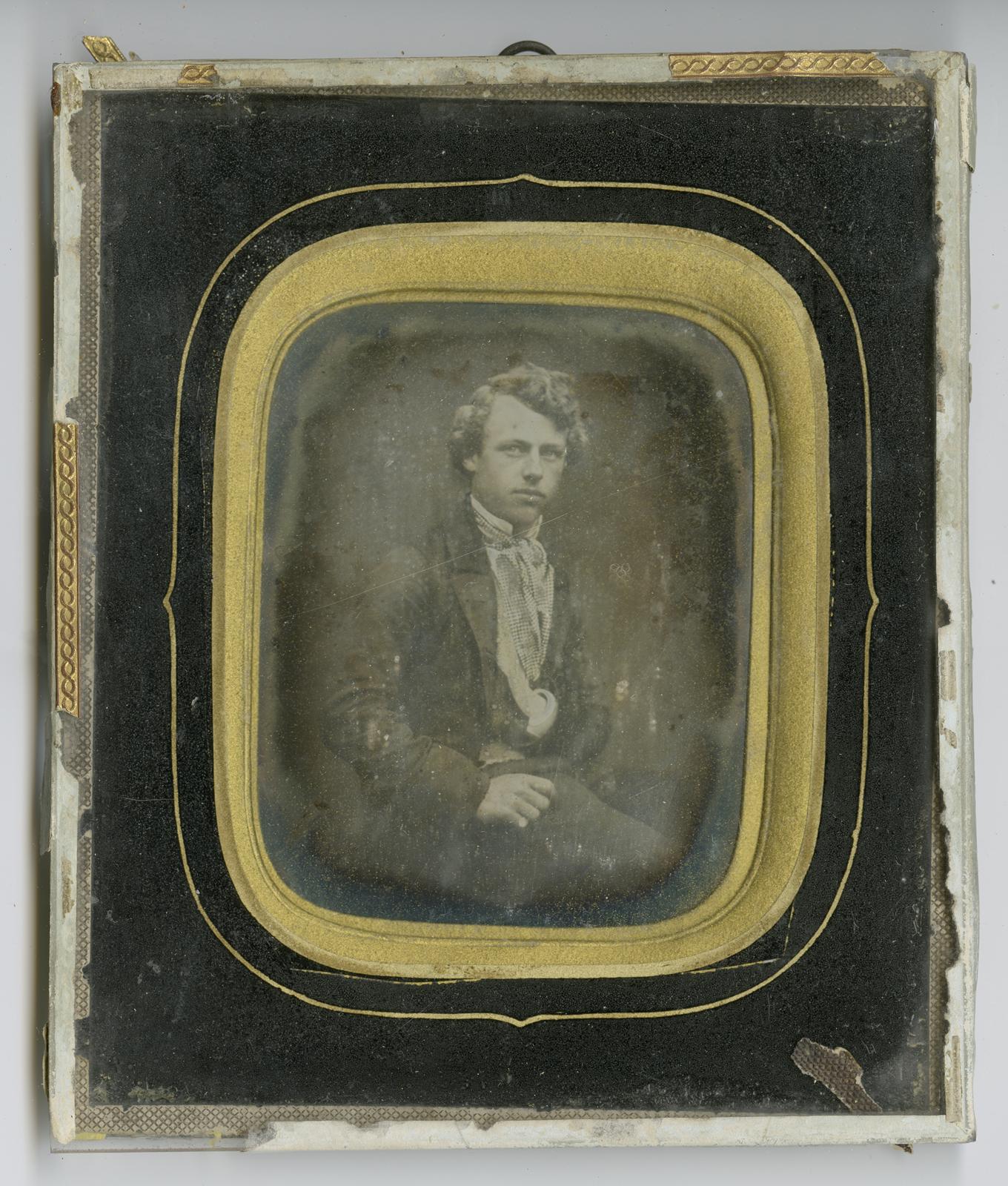 Daguerreotypi, portrett av ung mann. Innrammingens stil og dekor tyder på at bildet kan dateres til 1850-1865. Fotograf ukjent / Borgarsyssel Museum. BRM.11511.