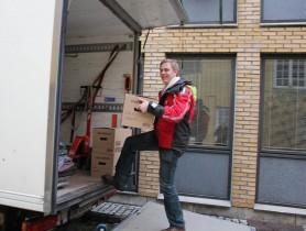 Bjørn Padøy laster budbilen med Moss Jernverks arkiv. Foto: Bjørg Holsvik